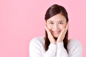 笑顔女性ピンク
